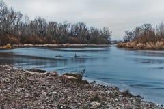 Ήρεμος ποταμός φθινοπώρου στοκ φωτογραφία