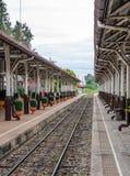Ήρεμος σταθμός τρένου στοκ φωτογραφία