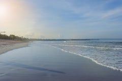 Ήρεμος ωκεανός με τα μικρά κύματα Τροπικό τοπίο με μια άποψη των ηφαιστείων Στοκ Εικόνα