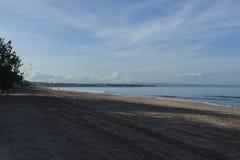 Ήρεμος ωκεανός με τα μικρά κύματα Τροπικό τοπίο με μια άποψη των ηφαιστείων Στοκ Εικόνες