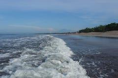 Ήρεμος ωκεανός με τα μικρά κύματα Τροπικό τοπίο με μια άποψη των ηφαιστείων Στοκ φωτογραφία με δικαίωμα ελεύθερης χρήσης