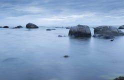 Ήρεμος ωκεανός με τους βράχους Στοκ Φωτογραφία