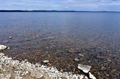 Ήρεμου στις αρχές ηλιόλουστου πρωινού λιμνών Στοκ φωτογραφία με δικαίωμα ελεύθερης χρήσης