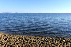 Ήρεμου στις αρχές ηλιόλουστου πρωινού λιμνών Στοκ φωτογραφίες με δικαίωμα ελεύθερης χρήσης