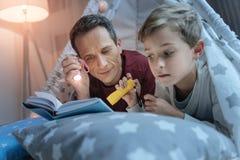 Ήρεμο άτομο που δίνει το φως στο ανοιγμένο βιβλίο Στοκ Φωτογραφία