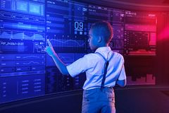 Ήρεμο αγόρι σχετικά με την οθόνη ελέγχοντας τις πληροφορίες Στοκ Φωτογραφίες