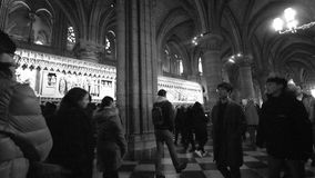 Ήρεμο εσωτερικό του καθεδρικού ναού της Notre-Dame με τους επισκέπτες απόθεμα βίντεο