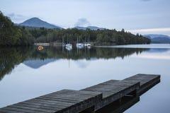 Ήρεμο ευμετάβλητο τοπίο βραδιού πέρα από το νερό Coniston στην αγγλική λίμνη Στοκ Εικόνες