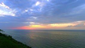 Ήρεμο ηλιοβασίλεμα πέρα από τη θάλασσα της Βαλτικής το καλοκαίρι φιλμ μικρού μήκους