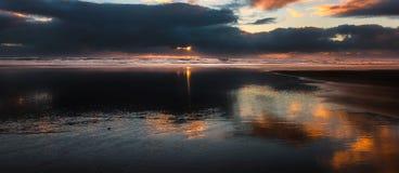 Ήρεμο ηλιοβασίλεμα: Piha στοκ εικόνες