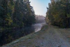 Ήρεμο και ομιχλώδες πρωί κοντά σε ένα κανάλι στη Σουηδία στοκ εικόνες