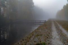 Ήρεμο και ομιχλώδες πρωί κοντά σε ένα κανάλι στη Σουηδία στοκ φωτογραφία με δικαίωμα ελεύθερης χρήσης