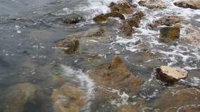 Ήρεμο κύμα νερού στον ωκεάνιο συντρίβοντας βράχο - Burano, Ιταλία απόθεμα βίντεο