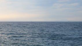 Ήρεμο νερό της θάλασσας μετά από τη θύελλα με το φωτεινό ουρανό απόθεμα βίντεο