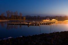 ήρεμο πρωί αποβαθρών βαρκών Στοκ φωτογραφία με δικαίωμα ελεύθερης χρήσης