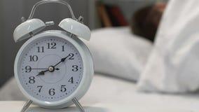 Ήχος ξυπνητηριών που ξυπνά τον αρσενικό ύπνο στο κρεβάτι, την μόνος-πειθαρχία και το πρωί απόθεμα βίντεο