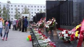 40 ήδη η μάχη έρχεται αιώνια δόξα λουλουδιών φασισμού ημέρας που η μεγάλη τιμή ηρώων εντούτοις βάζει τα μνημεία μνήμης περισσότερ απόθεμα βίντεο