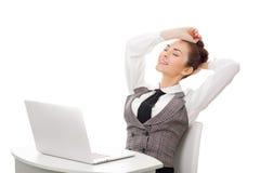 ήδη το εννοιολογικό γραφείο επιχειρηματιών επιχειρηματιών που γίνεται την εργασία εικόνας του φαίνεται εργασία ρολογιών ύπνων υπε Στοκ Φωτογραφία