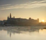 Ήλιος αύξησης πίσω από το κάστρο στον ποταμό Στοκ φωτογραφία με δικαίωμα ελεύθερης χρήσης