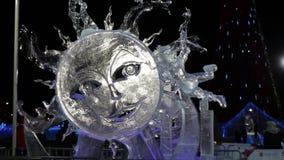 Ήλιος γλυπτών πάγου στην πόλη πάγου τη νύχτα απόθεμα βίντεο