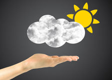 Ήλιος εικονιδίων με τα σύννεφα στο ανθρώπινο χέρι Στοκ φωτογραφία με δικαίωμα ελεύθερης χρήσης