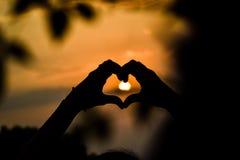 Ήλιος εκμετάλλευσης χεριών στοκ εικόνες με δικαίωμα ελεύθερης χρήσης