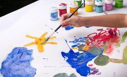 Ήλιος ζωγραφικής κοριτσιών με τα watercolors Στοκ φωτογραφίες με δικαίωμα ελεύθερης χρήσης