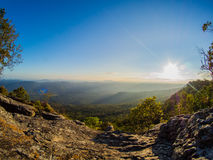 Ήλιος και άποψη βουνών Στοκ φωτογραφία με δικαίωμα ελεύθερης χρήσης