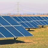 Ήλιος και ηλιακά πλαίσια σε έναν τομέα Εγκαταστάσεις παραγωγής ενέργειας ηλιακής ενέργειας Βιομηχανική και οικολογική έννοια για  Στοκ φωτογραφία με δικαίωμα ελεύθερης χρήσης