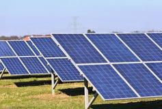 Ήλιος και ηλιακά πλαίσια σε έναν τομέα Εγκαταστάσεις παραγωγής ενέργειας ηλιακής ενέργειας Βιομηχανική και οικολογική έννοια για  Στοκ φωτογραφίες με δικαίωμα ελεύθερης χρήσης