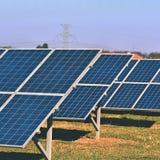 Ήλιος και ηλιακά πλαίσια σε έναν τομέα Εγκαταστάσεις παραγωγής ενέργειας ηλιακής ενέργειας Βιομηχανική και οικολογική έννοια για  Στοκ Φωτογραφίες