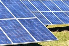 Ήλιος και ηλιακά πλαίσια σε έναν τομέα Εγκαταστάσεις παραγωγής ενέργειας ηλιακής ενέργειας Βιομηχανική και οικολογική έννοια για  Στοκ Εικόνες