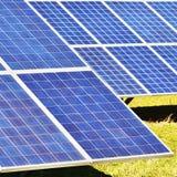 Ήλιος και ηλιακά πλαίσια σε έναν τομέα Εγκαταστάσεις παραγωγής ενέργειας ηλιακής ενέργειας Βιομηχανική και οικολογική έννοια για  Στοκ Εικόνα