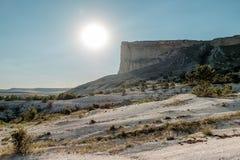 Ήλιος και οι άσπροι απότομοι βράχοι Στοκ Φωτογραφία