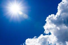 Ήλιος και σύννεφα στο σκούρο μπλε ουρανό Στοκ φωτογραφία με δικαίωμα ελεύθερης χρήσης