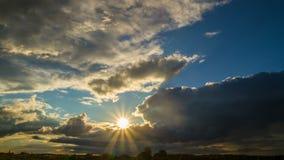 Ήλιος και σύννεφα απόθεμα βίντεο