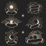 Ήλιος και φεγγάρι στον ουρανό με τις κορδέλλες για το κείμενό σας Ελεύθερη απεικόνιση δικαιώματος