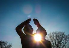 Ήλιος μεταξύ του αγάλματος Στοκ Φωτογραφία