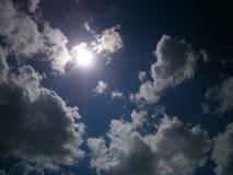 Ήλιος μεταξύ των σύννεφων Στοκ Εικόνες