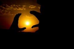 Ήλιος μεταξύ των χεριών, καταπληκτικό ηλιοβασίλεμα Στοκ Εικόνα