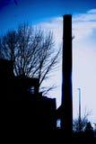 Ήλιος πίσω από τις εγκαταστάσεις παραγωγής ενέργειας στοκ εικόνα με δικαίωμα ελεύθερης χρήσης