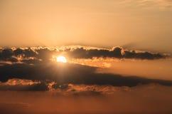 Ήλιος πίσω από το ηλιοβασίλεμα σύννεφων, φυσικό υπόβαθρο Στοκ Εικόνα