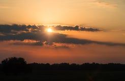 Ήλιος πίσω από το ηλιοβασίλεμα σύννεφων, φυσικό υπόβαθρο Στοκ Εικόνες