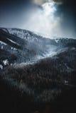 Ήλιος που λάμπει μέσω των σύννεφων πέρα από τα υψηλά χιονώδη βουνά Στοκ φωτογραφίες με δικαίωμα ελεύθερης χρήσης