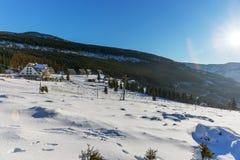 Ήλιος που λάμπει με τη φλόγα φακών πέρα από τα χιονισμένα γιγαντιαία βουνά Στοκ εικόνες με δικαίωμα ελεύθερης χρήσης