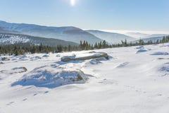 Ήλιος που λάμπει πέρα από τα χιονισμένα γιγαντιαία βουνά Στοκ εικόνες με δικαίωμα ελεύθερης χρήσης