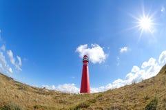 Ήλιος που λάμπει πέρα από τον κόκκινο φάρο Στοκ φωτογραφία με δικαίωμα ελεύθερης χρήσης