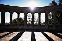 Ήλιος που λάμπει πέρα από το κτήριο αψίδων arcade Στοκ εικόνες με δικαίωμα ελεύθερης χρήσης