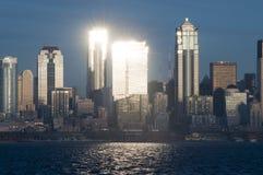 Ήλιος που απεικονίζει μακριά των κτιρίων γραφείων ουρανοξυστών γυαλιού στο Σιάτλ, WA Στοκ φωτογραφία με δικαίωμα ελεύθερης χρήσης