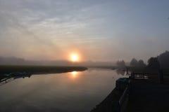 Ήλιος που απεικονίζει στο νερό του κόλπου Duxbury σε ένα ομιχλώδες πρωί Στοκ Εικόνα